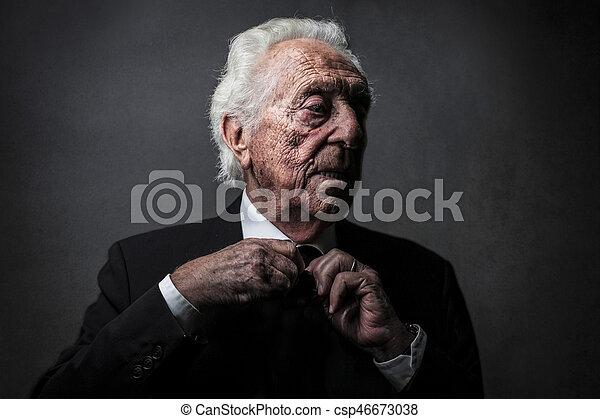 Alter Mann in Anzug. - csp46673038