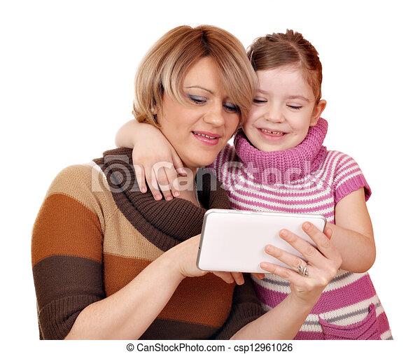 Mutter und Tochter spielen mit Tablet PC auf weiß - csp12961026