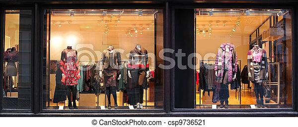 Boutique mit Kleiderpuppen. - csp9736521