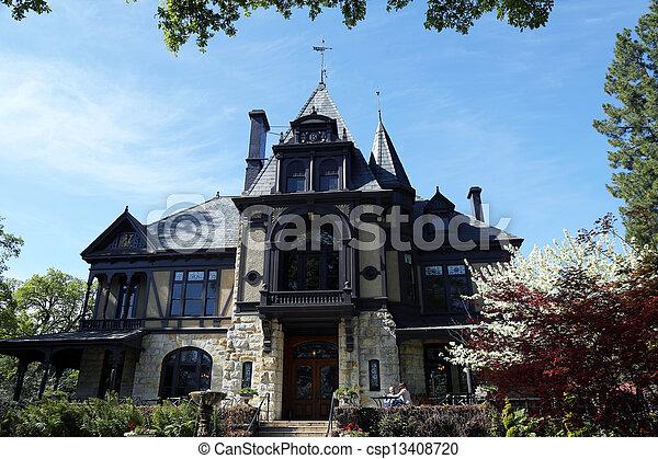 Das Rhine-Haus im Beringer-Wein - csp13408720