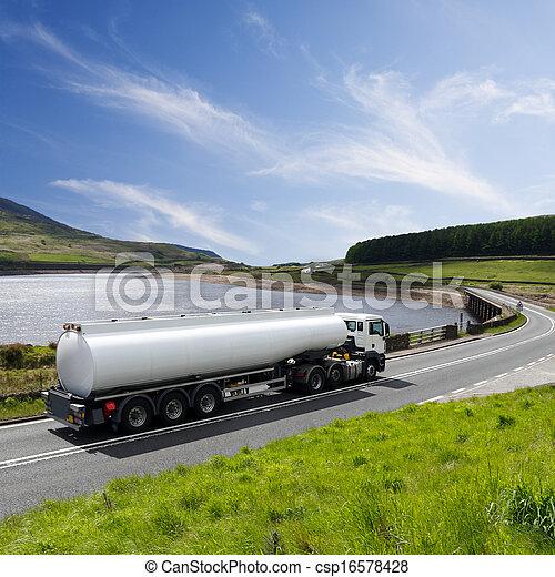 Ein großer Tankwagen. - csp16578428