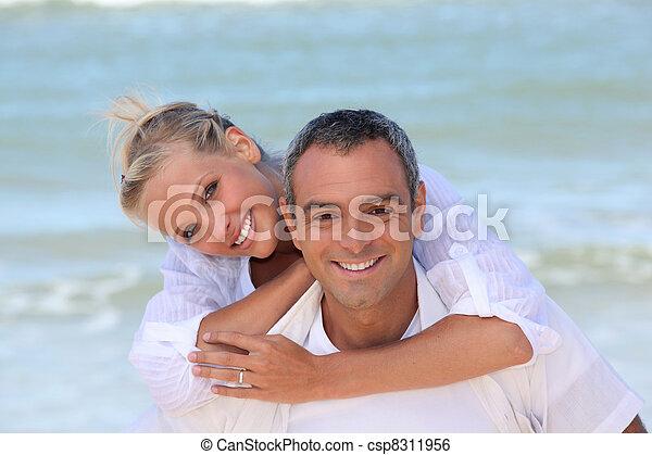 Ein Paar weiß gekleidet am Strand. - csp8311956