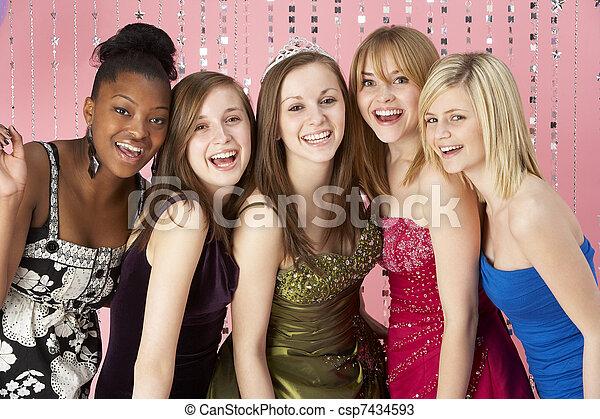 Eine Gruppe jugendlicher Freunde, die für den Abschlussball angezogen sind - csp7434593