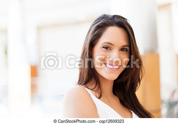 Frau im modernen Einkaufszentrum - csp12609323