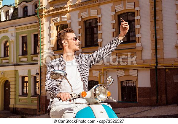Mann selfie hübscher Tamra Judge,