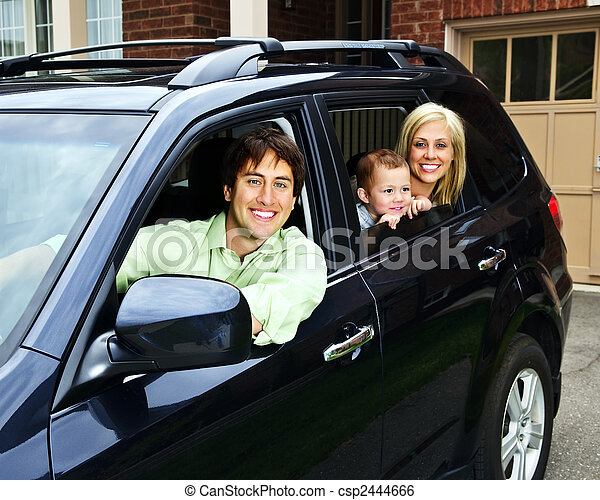 Glückliche Familie im Auto. - csp2444666