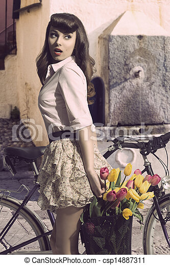 Dem auf fahrrad minirock im Laurencocoxo mädchen