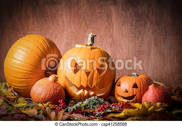 Halloween-Kürbisse, geschnitzte Jack-O-Lantern in Herbstblättern - csp41258568