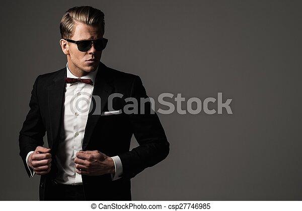 Harter, scharf gekleideter Mann in schwarzem Anzug. - csp27746985
