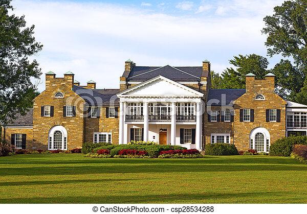 Historische Villa mit formellem Garten. - csp28534288