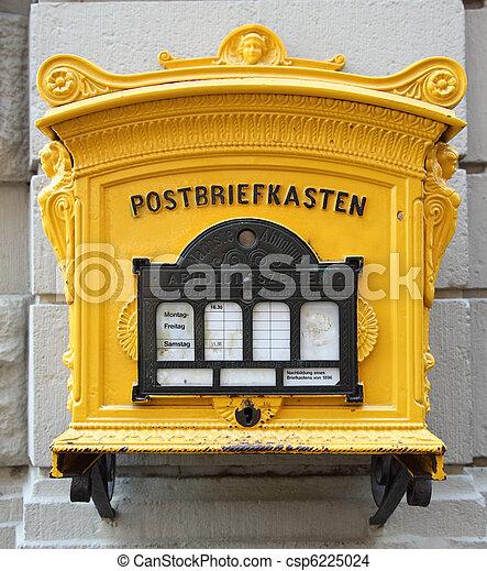 Historischer deutscher Briefkasten an der Wand - csp6225024