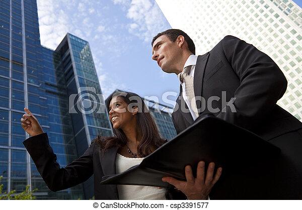 Interraciales männliches und weibliches Geschäftsteam in der modernen Stadt - csp3391577