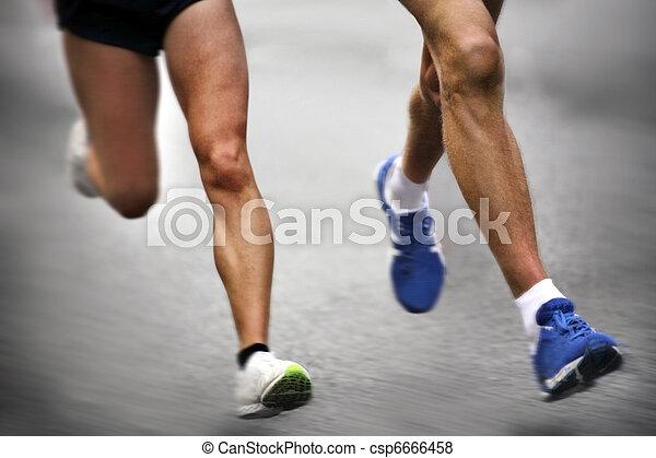 Marathonläufer - verschwommene Bewegung - csp6666458