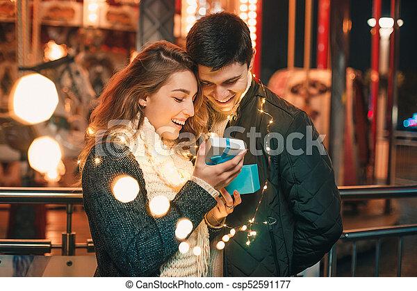 Romantische überraschung für weihnachten, frau erhält ein
