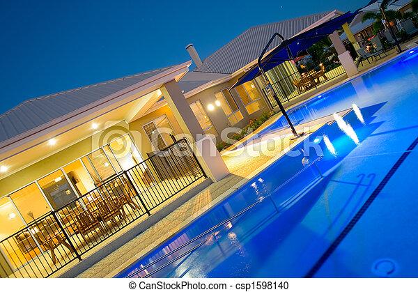 Schwimmbecken im Luxushaus - csp1598140