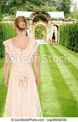Viktorianische Frau im formellen Garten. - csp38442430